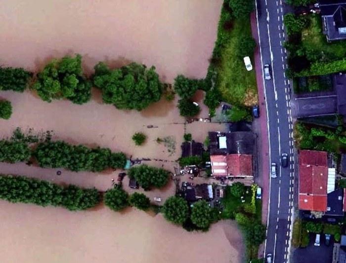 Water komt tot aan de gevels, afwaarts van de spoorweg in Herne.
