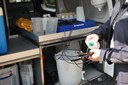 Na de staalnames en eerste metingen reinigt Sabine haar materiaal ter plaatse.