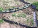 Een tiental filtersoks van 1 m breed, met een diameter van 27 cm, gevuld met houthaksel, bedoeld om makkelijk verplaatsbaar te zijn.
