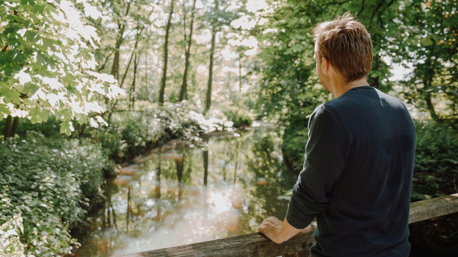 Johan Auwerkerken - waterloop (rugaanzicht)
