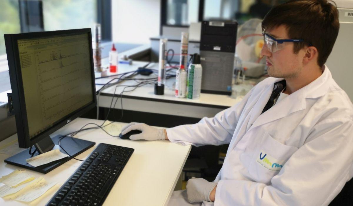 Laborant Matthias analyseert de resultaten
