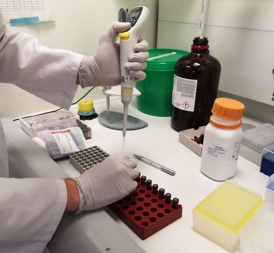 Laborant Matthias maakt extracties