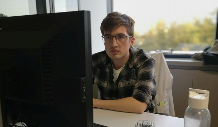 Laborant Matthias rapporteert data