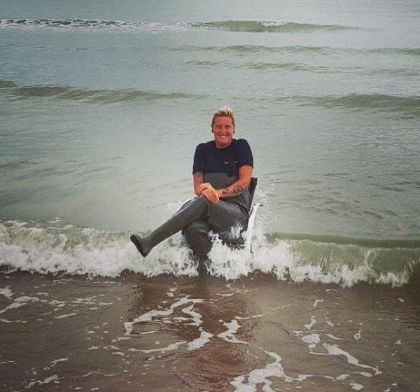 Even op de foto met een verlaten stoel in zee