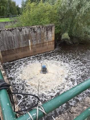 Beluchter brengt zuurstof in de waterloop.