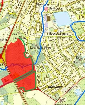 Kaart van het gecontroleerd overstromingsgebied aan de Kerkebeek. De rode inkleuring geeft de oppervlakte van het GOG weer. De groene lijn geeft de locatie van de dijk weer.