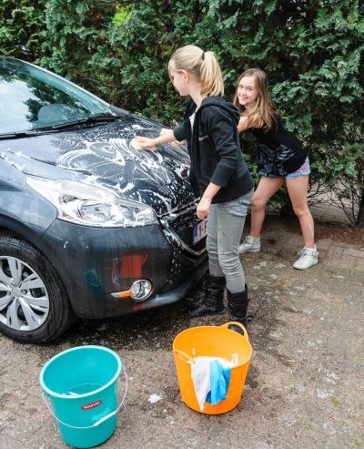 Auto wassen met spons en emmer