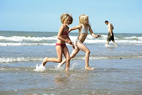 Spelende kinderen aan de kust