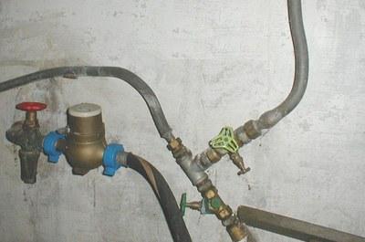 Loden leidingen aan de watermeter